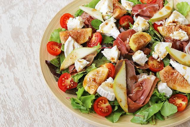 Συνταγή για Σαλάτα με Κατσικίσιο Τυρί, Προσούτο, Σύκα και Αχλάδι