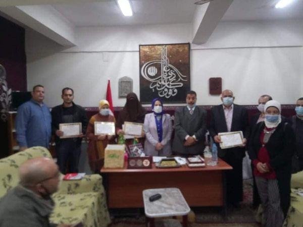 زعفران  يكرم محمد فتحى ويشيد بجهود مركز إعلام حلوان