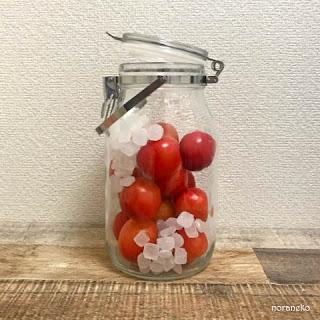 プラム酒のレシピ|プラムと氷砂糖を保存瓶に入れます