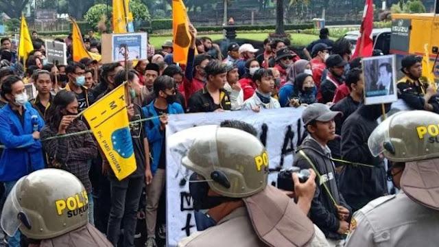 Bawa Poster Jokowi Berhidung Panjang, Demonstran Diamankan