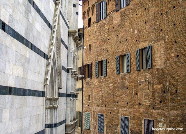 Detalhe da fachada da Catedral de Siena, Itália