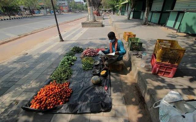 बिहार में पेट भरने के लिए स्कूल के बच्चे बेच रहे हैं सब्जियां