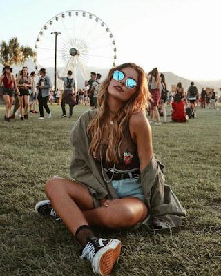 Foto tumblr sentada en festival coachella