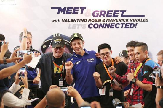 Rossi melayani foto bersama para fans di Jakarta (dok. YMI)