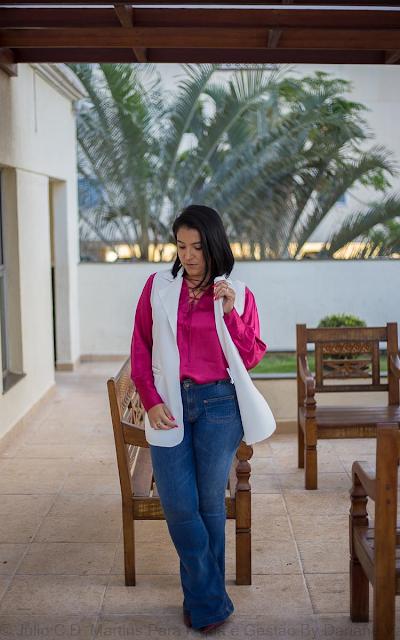 Usando a 3ª peça no look de trabalho: Calça jeans flare + camisa + colete branco