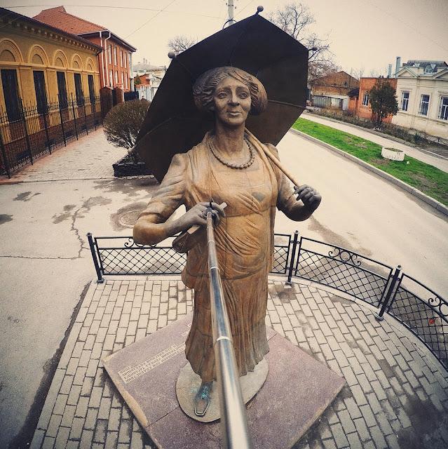 Monument to Ranevskaya.