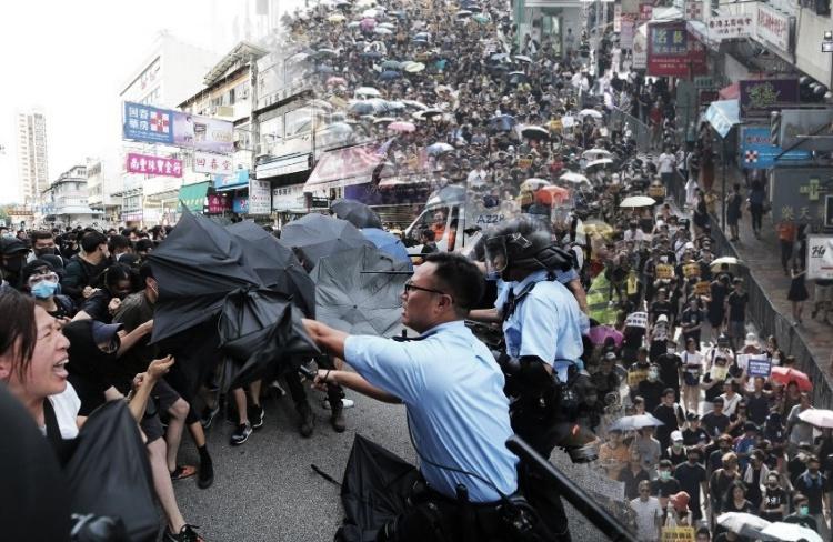 5 Anggota Polisi Dilarikan Kerumah Sakit Setelah Pengunjuk Rasa di Sheung Shui Bentrok Dengan Polisi