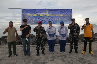 Lantamal VIII Gelar Bersih-Bersih Pantai
