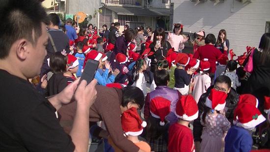 聖誕派對嗨翻天!高雄楠梓區童心園幼兒園老師以聖誕歌曲開場暖身,帶著家長寶貝帶動唱。