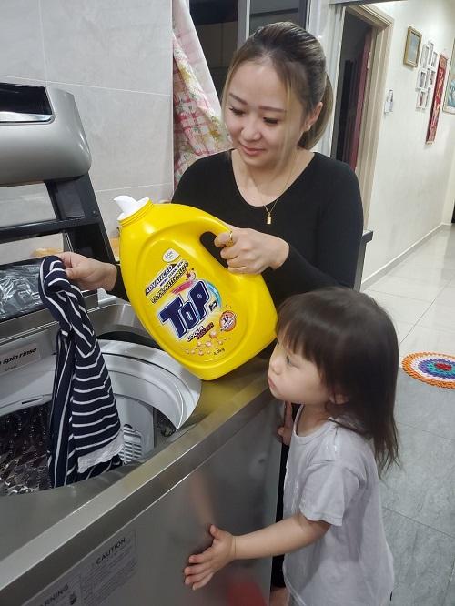 Wenny Soong, pendandan rambut, memastikan keluarganya selamat dengan sabun pencuci TOP Anti-virus yang boleh menyingkirkan 99.9% virus termasuk virus COVID-19 pada pakaian.