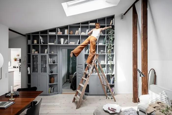 Librería a medida con una puerta incorporada