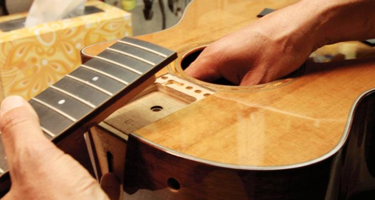 2 cây đàn guitar đẳng cấp tinh tế: Đàn guitar acoustic Taylor 110e và 114e