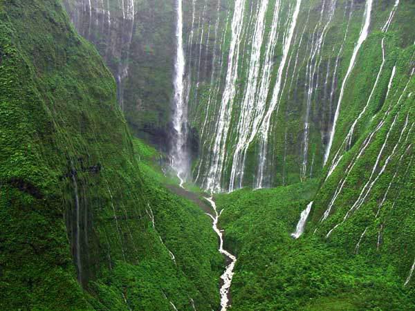 varias cascadas caen a la vez en el monte waialeale en hawái