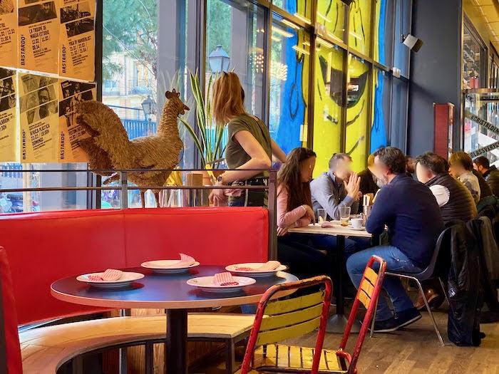 Limbo リンボの店内で楽しそうの食事するスペイン人たち