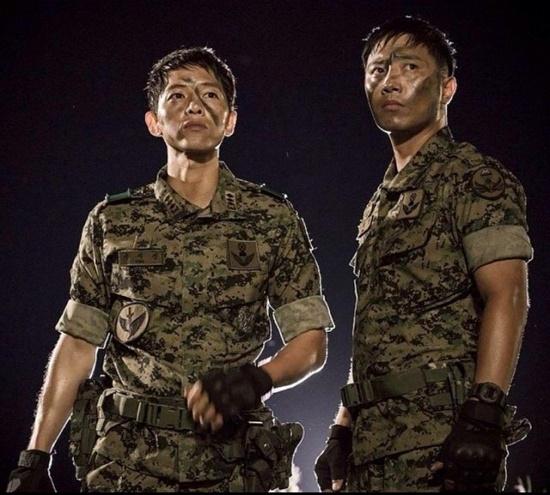 Diễn đàn rao vặt: Khám phá những lý do khiến Hậu Duệ Mặt Trời trở thành bộ phim hot của Châu Á Dots2