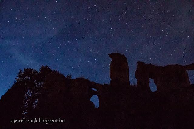 Éjszakai égbolt a solymosi várból fotózva a Zarándi-hegységben