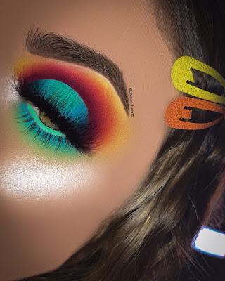 Maquillaje azul y naranja