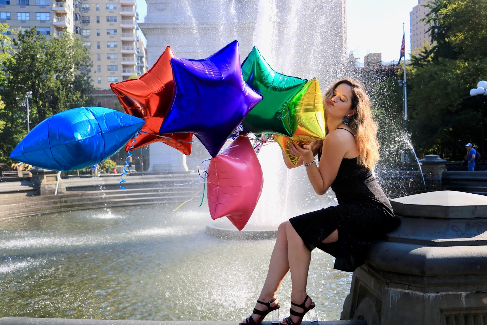 Nyc fashion blogger Kathleen Harper's Washington Square Park photo shoot with balloons.