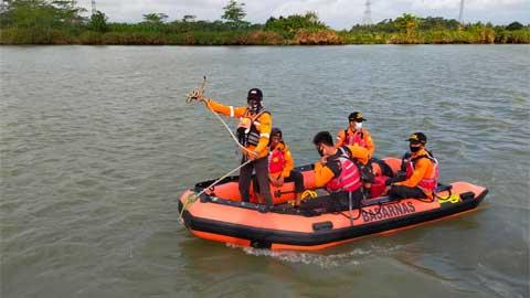 Tim SAR Gabungan Cilacap mencari korban tenggelam