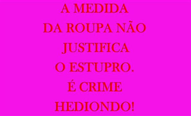 A imagem de fundo rosa e caracteres vermelhos diz: A medida da roupa não justifica o estupro. É crime hediondo!