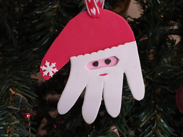 Pai Natal feito em goma eva, a partir do contorno de uma mão
