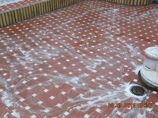 Limpiando suelo de barro cocido - Pulidor de suelos ...