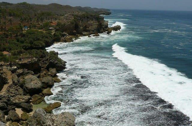 Rasakan Keasrian yang Masih Alami di Pantai Nguyahan