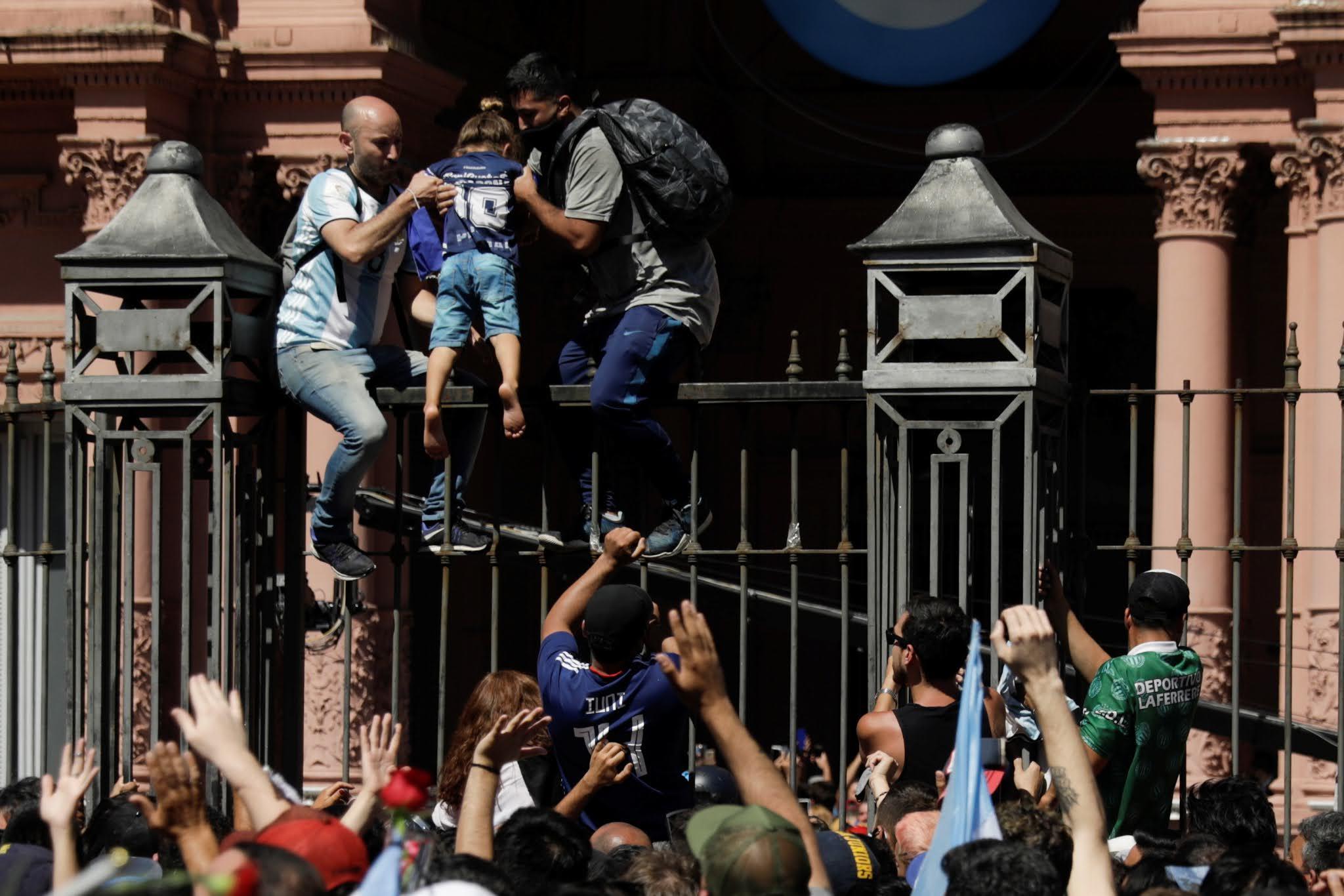 Incidentes en el velatorio de Maradona