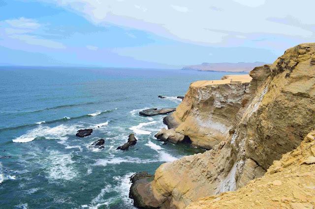 aguas do mar e rochas sedimentadas