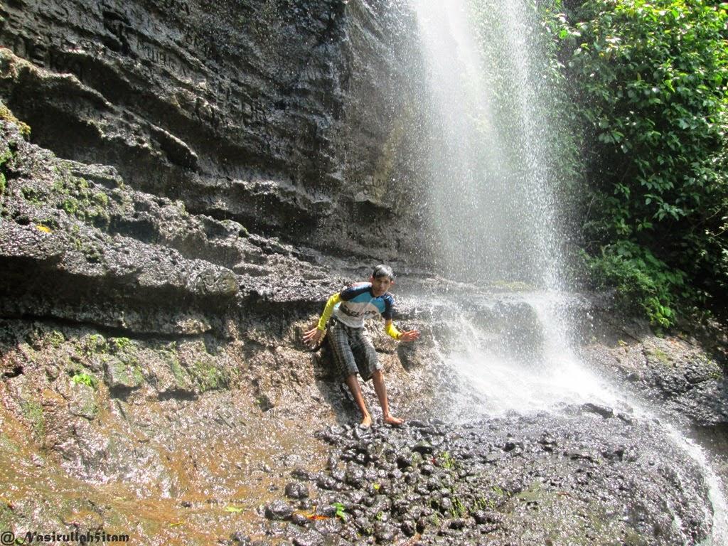 Dibawah guyuran Air Terjun Jurang Nganten, Jepara