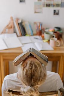 Dziewczyna z książką na głowie
