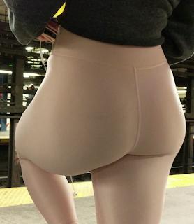 Linda rubia leggins entallados cola redonda