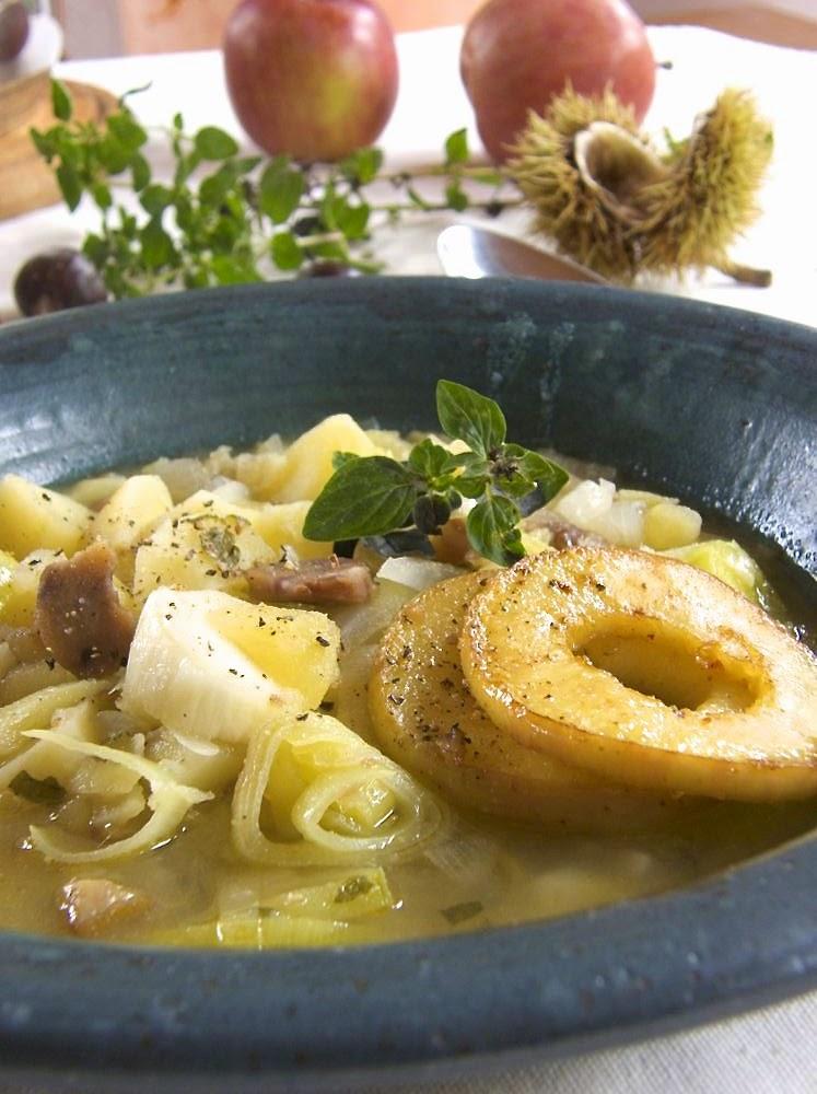 Lauch-Kartoffel-Suppe mit gebratenen Apfelringen und Maroni