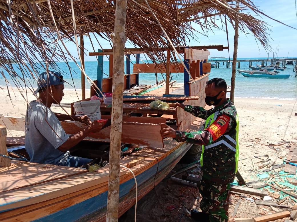 Babinsa Desa Cemaga Lakukan Komsos Dengan Warga Yang Sedang Memperbaiki Pompong