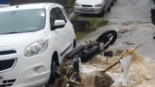 VÍDEOS - Chuva intensa deixa ruas alagadas e causa transtornos em diversos bairros de Arraial do Cabo
