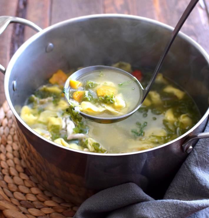 Sopa de pollo humeante, recién hecha