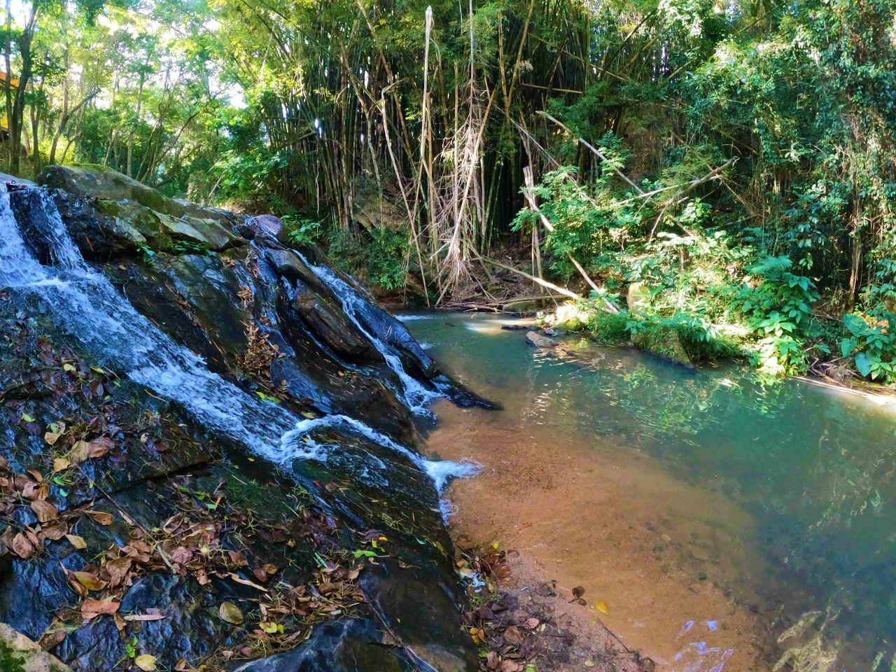 cachoeira com escoamento de 1 metro entre as pedras