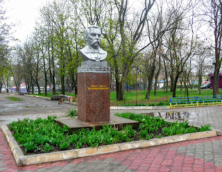 Бобринець. Парк ім. Кропивницького. Погруддя М. Л. Кропивницького