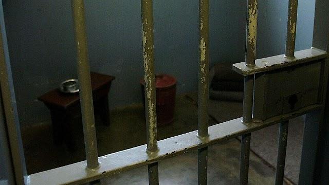 Padrastro pervertido grabó a menor en el baño por 10 años, pero solo cumplirá 10 meses de cárcel en Reino Unido