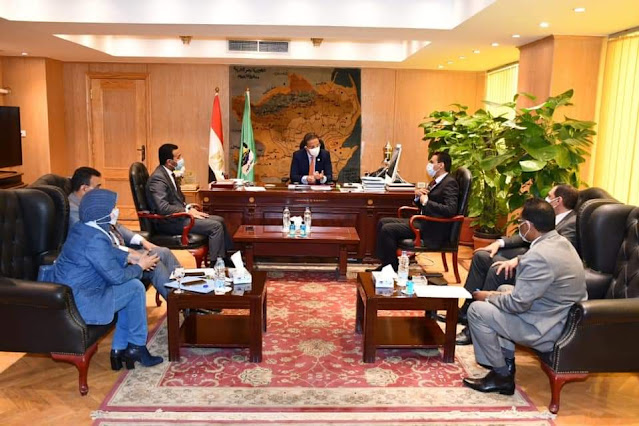 محافظ الفيوم ووفد وزارة الخارجية يبحثان إعادة تشغيل مكتب التصديقات