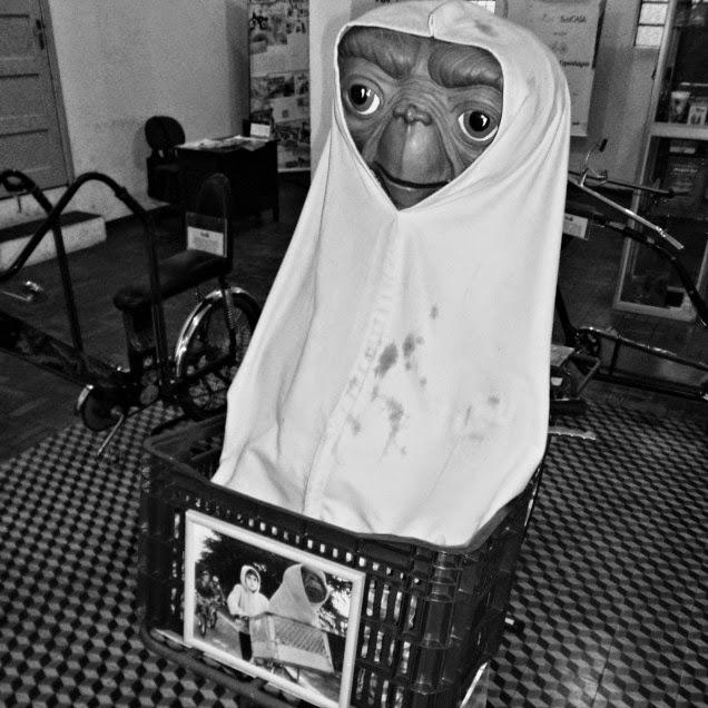 """Cena do Filme """"E.T. - O Extraterrestre"""", no Museu da Bicicleta de Joinville"""