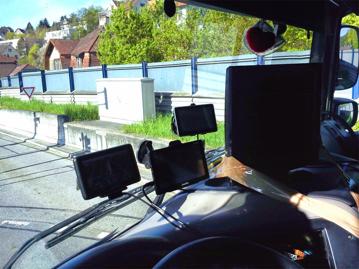 Schaffhausen Lkw Fahrer Mit Grossem Laufenden Tv Unterwegs