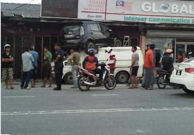 Ctnhoney: Gambar Kemalangan Perodua Myvi Terbang Di Kota Bharu