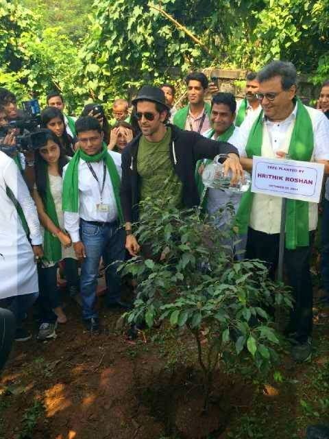 Hrithik Roshan visits Whistling Woods to support the ‪#‎CleanIndia‬ initiative!