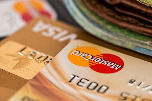 hati hati menggunakan kartu kredit atau credit card saat bertransakasi. Kiat sukses menuju financial freeedom