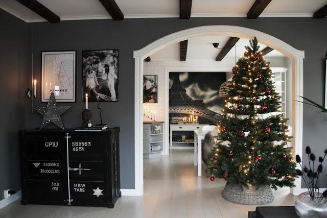 annelies design, webbutik, webshop, nätbutik, inredning, dekoration, gran, julgran, granen, ljus, glitter, röda kulor, plastgran, plastgranar, vardagsrum, vardagsrummet, kök, ljusstake, advent, adventsljusstake, adventsljusstakar, stilrent, stilren, stilrena, gråmålade väggar,