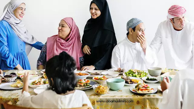 Bagaimana Adab Makan dan Minum Menurut Islam