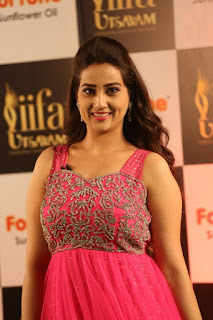 Anchor Manjusha New Stills (15).jpg