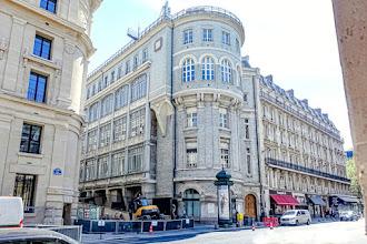 Paris : Hôtel des Téléphones dit Central Téléphonique Gutenberg, insolites tourelles pseudo médiévales et briques vernissées au 46bis rue du Louvre - Ier