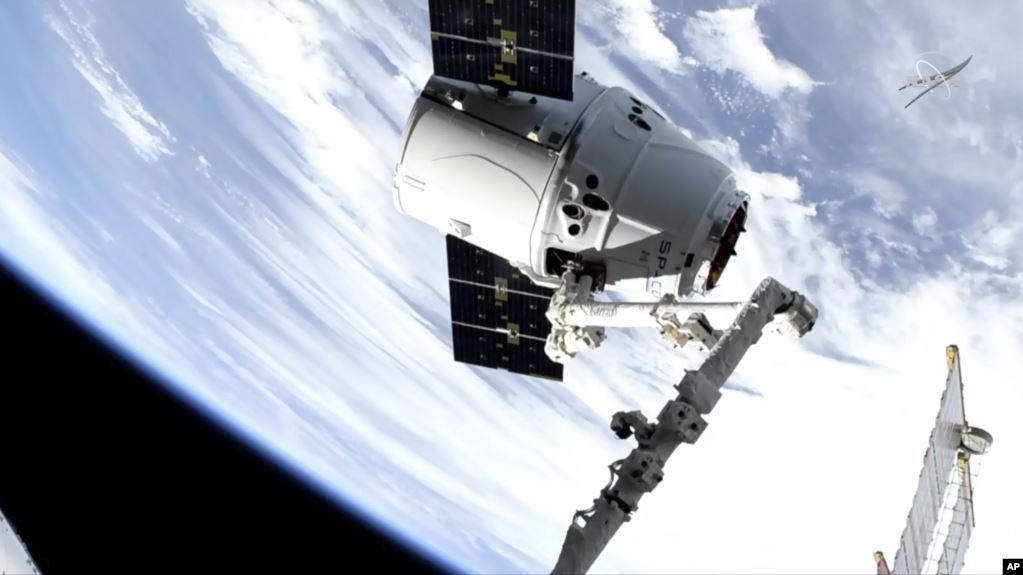 En esta imagen tomada del circuito de televisión de NASA, un rocket de SpaceX lleva un cargamento de suministros a la estación espacial internacional / AP